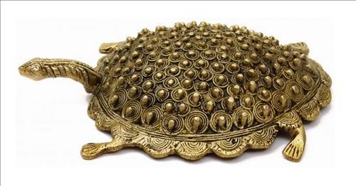 Rùa phong thủy mạ vàng đặt trong phòng thờ gia tiên