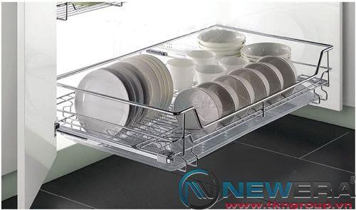 Kệ ngăn kéo ray âm giảm chấn đựng bát đĩa NewEra cánh mở có khay hứng nước, rộng 900mm
