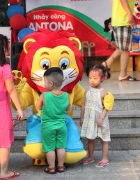Antona Dancing Tours tại điểm dừng chân đầu tiên - Siêu thị Mường Thanh Linh Đàm
