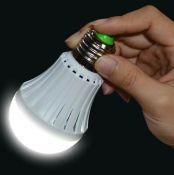 Đèn LED tự phát sáng khi cầm trên tay