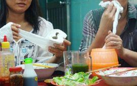 Thói quen không tốt dùng giấy vệ sinh lau miệng trong các cửa hàng quán ăn