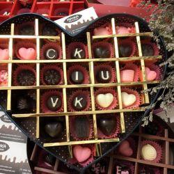 Hộp socola hình tim ngăn khắc chữ