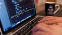 Nên thiết kế website bằng code tay hay mã nguồn mở